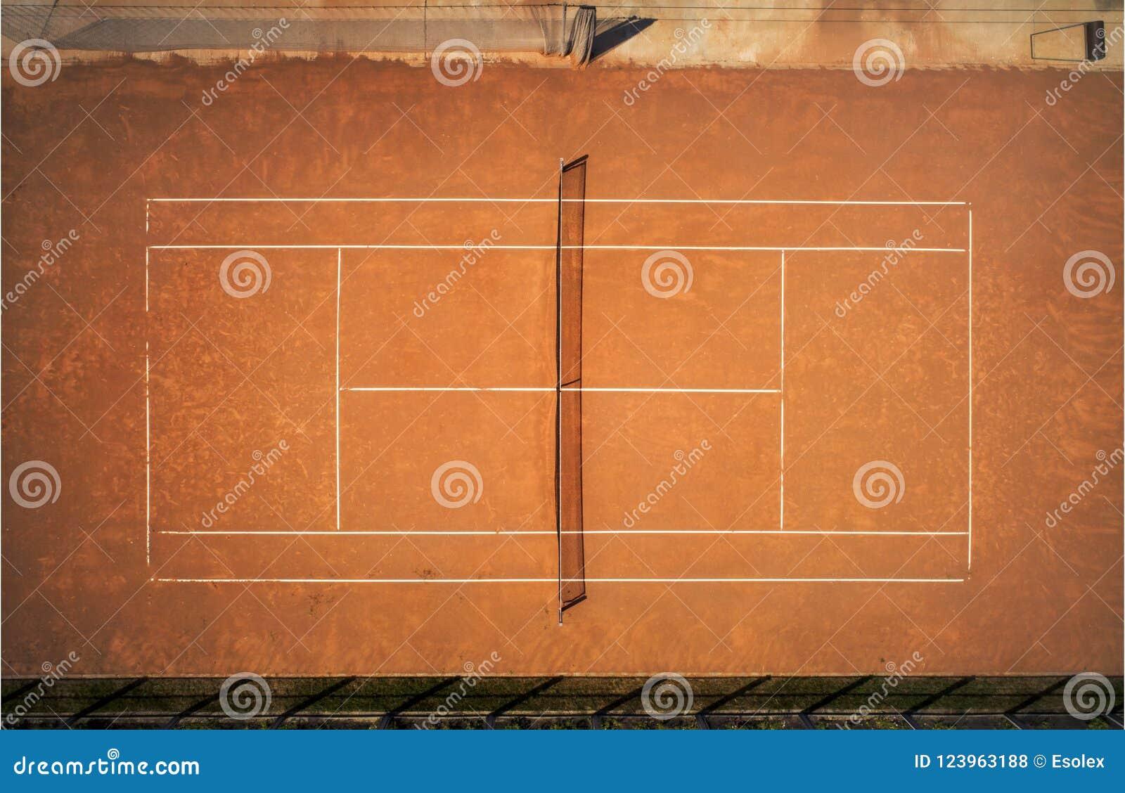 Corte de argila do tênis Vista do voo do ` s do pássaro