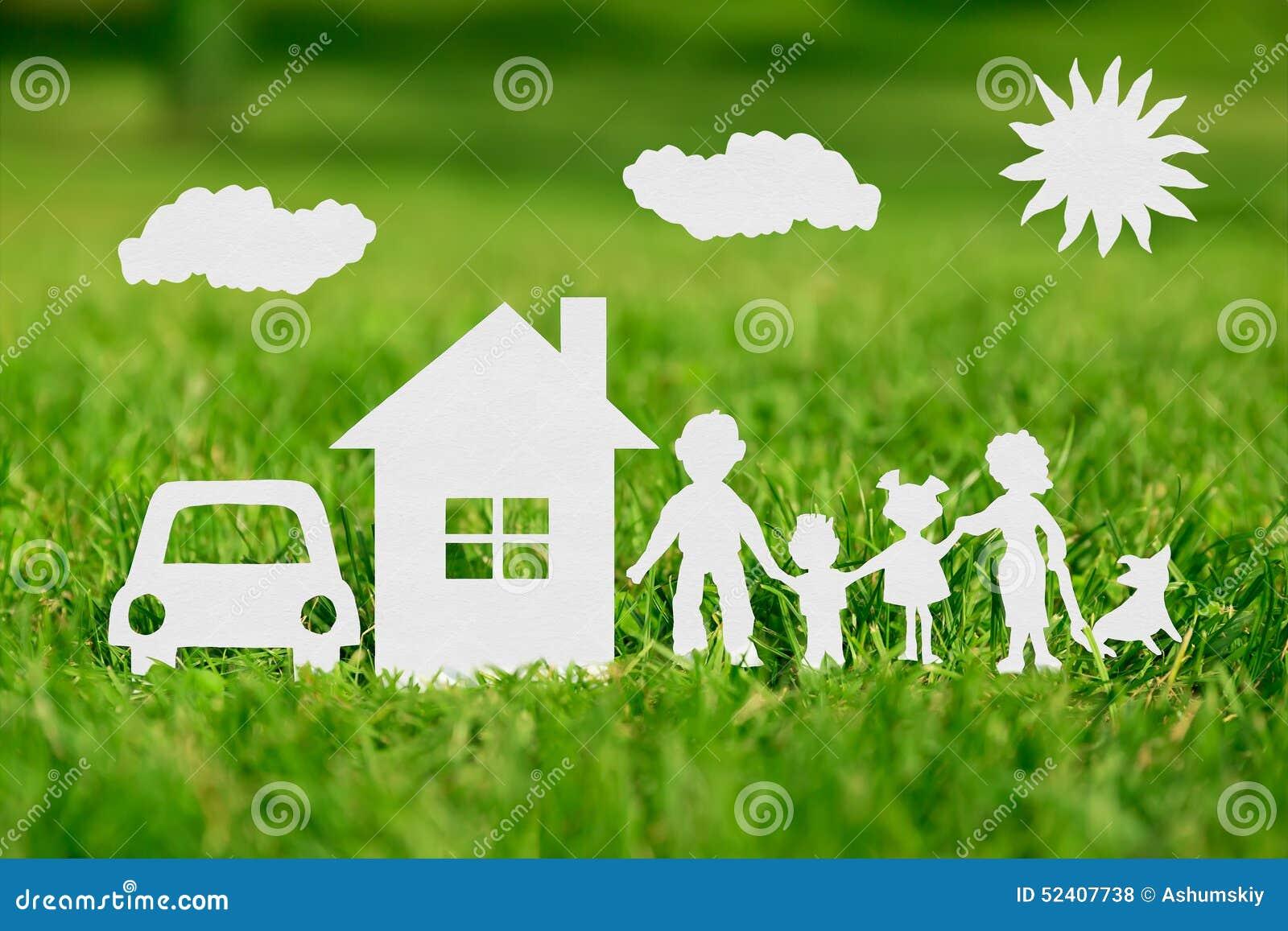 Corte del papel de la familia con la casa y el coche