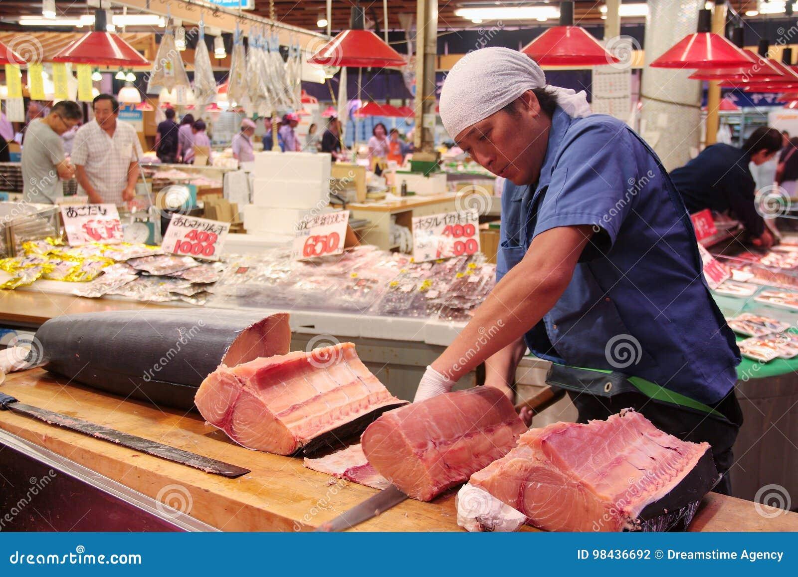 Corte do comerciante e carne filetting do espadarte OMI-cho no mercado Kanazawa Japão