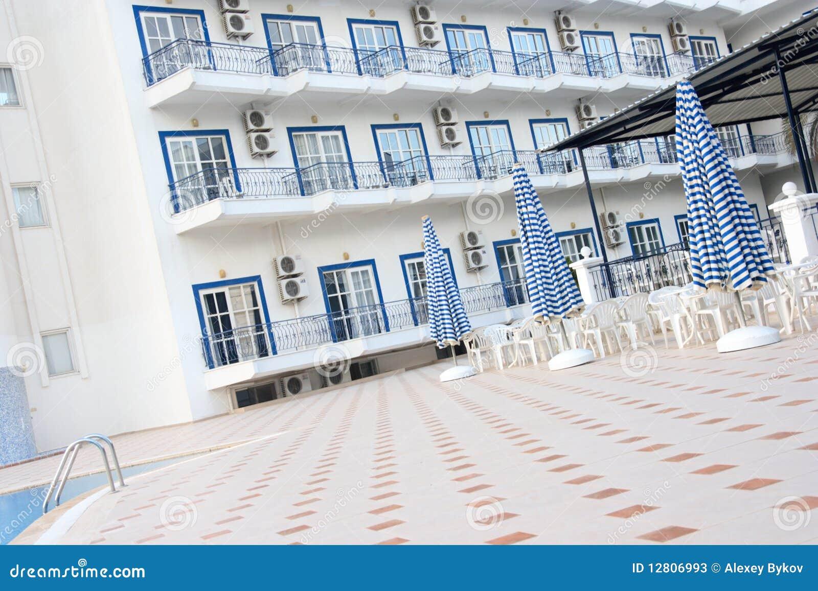 A corte do hotel grego.