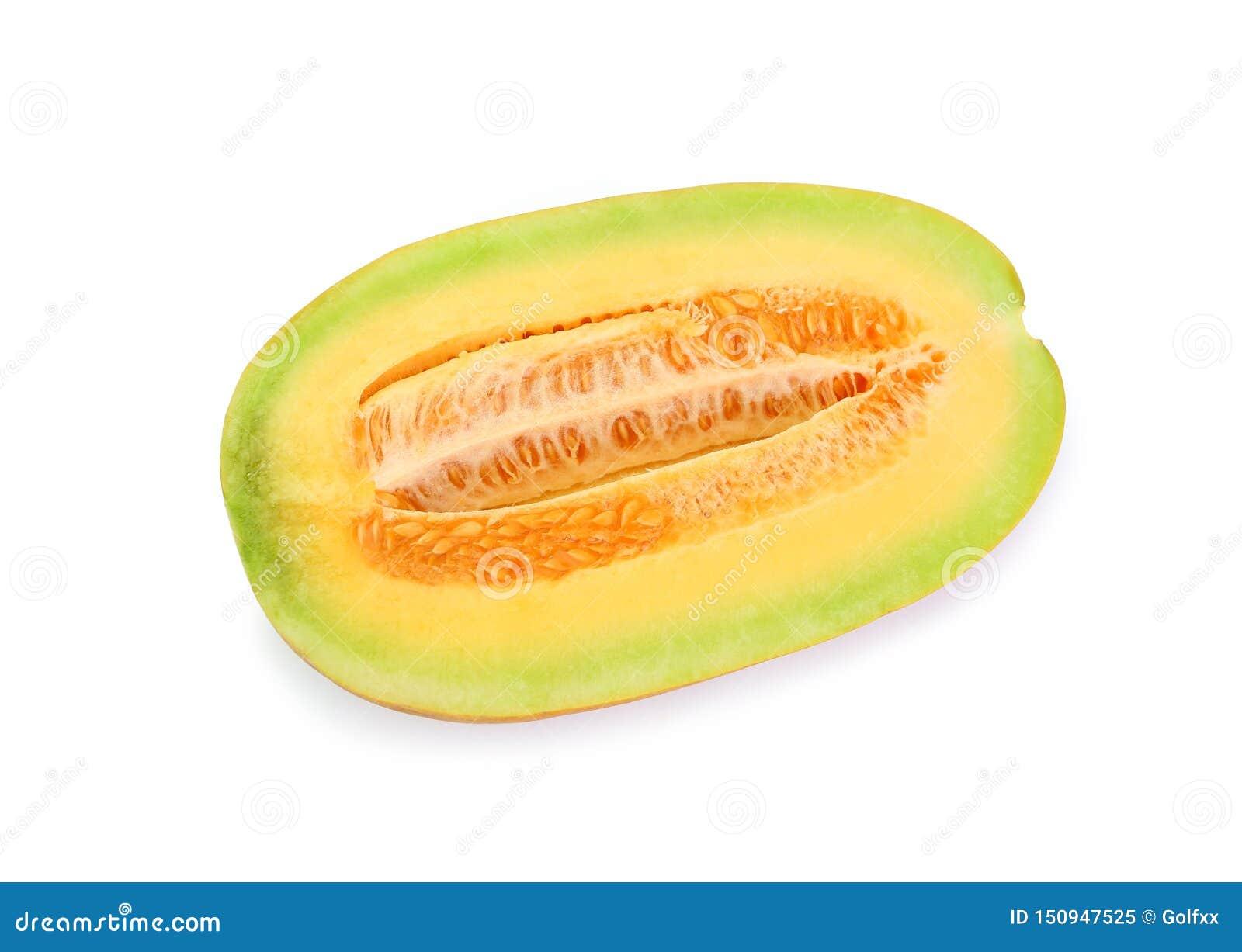 Corte do melão do cantalupo ao meio que olha saudável e delicioso, isolado no fundo branco