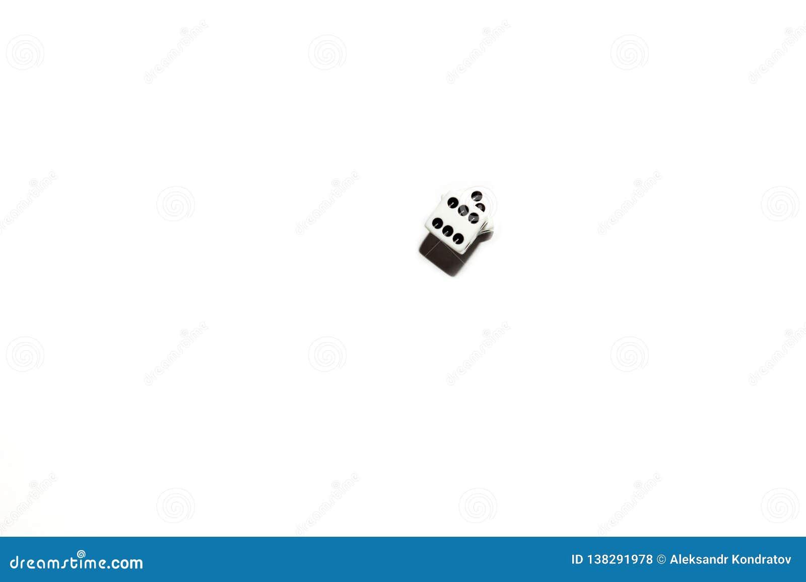 Corte en cuadritos en un fondo aislado blanco, dos cubos con los puntos negros en los cuales el número seis bajó, un juego de aza