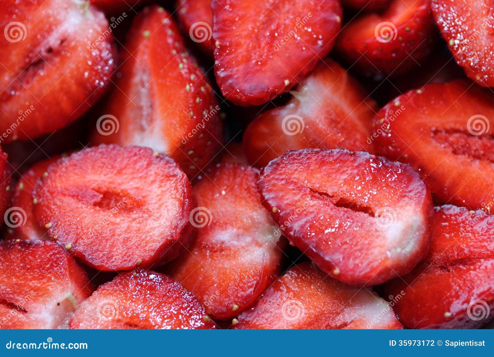 Corte las fresas frescas
