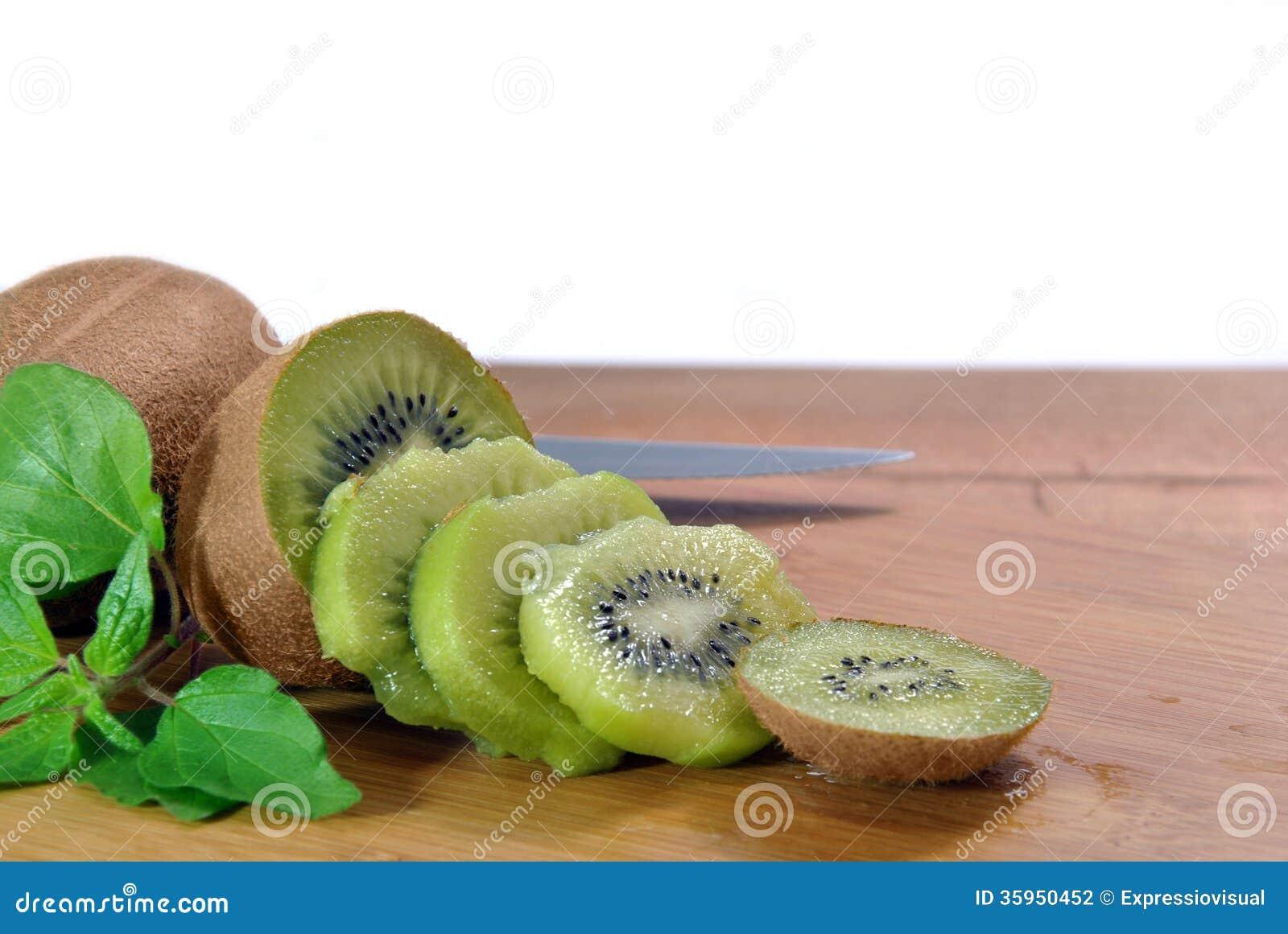 Corte los pedazos de kiwi