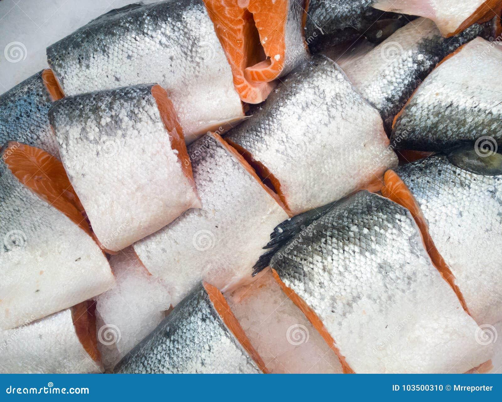 Corte los salmones