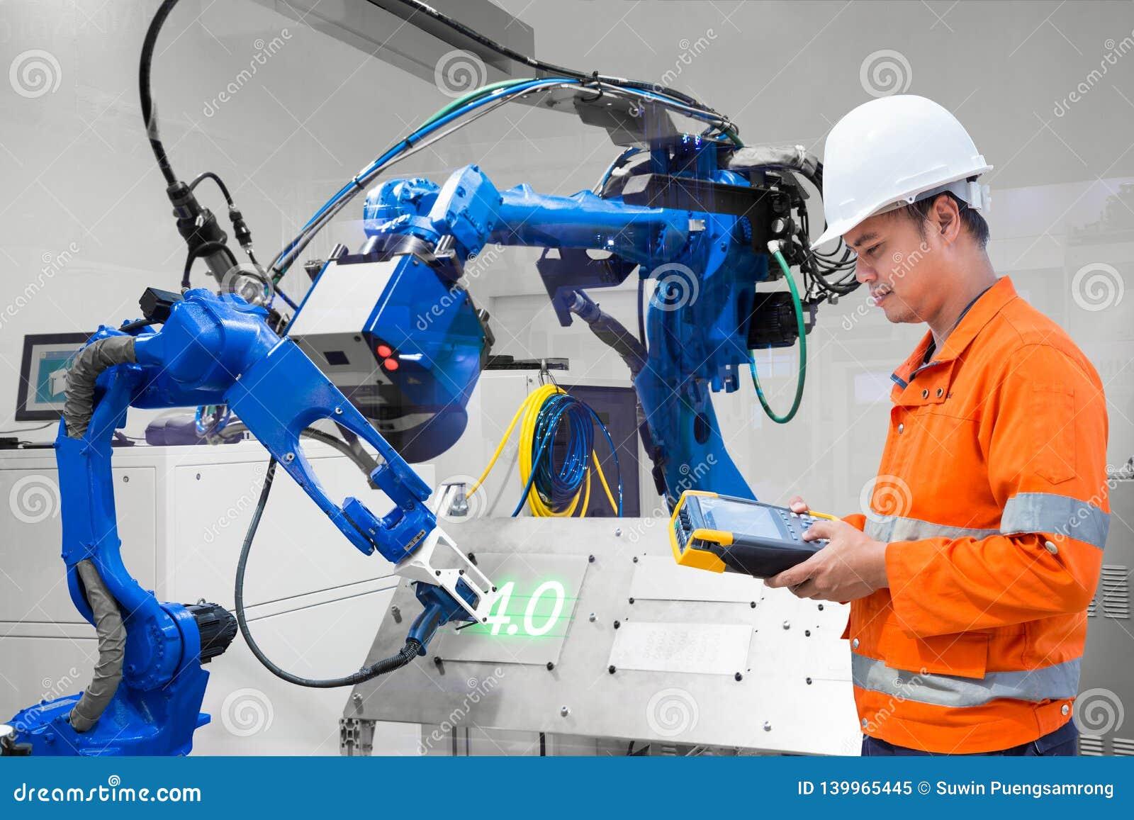 Corte robótico del laser del control de programación del ingeniero en la placa de metal, industria 4 La palabra del color rojo si