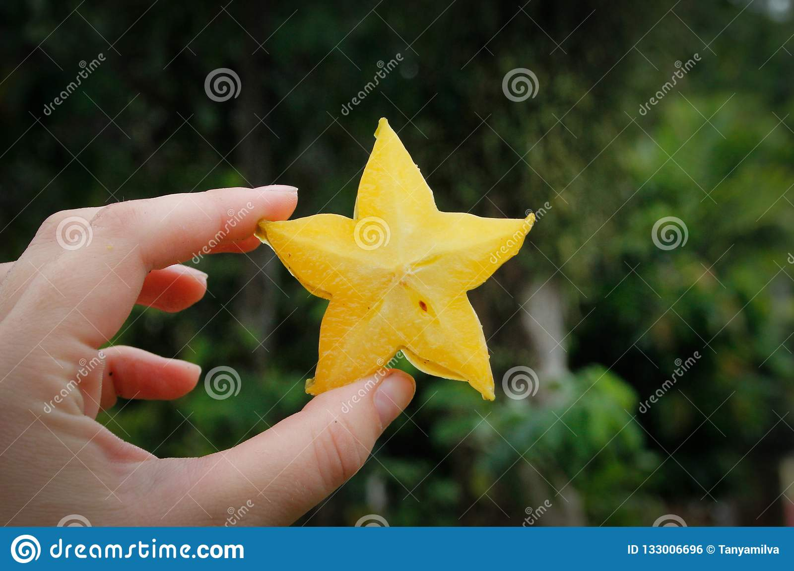Corte una rebanada de fruta de estrella a disposición