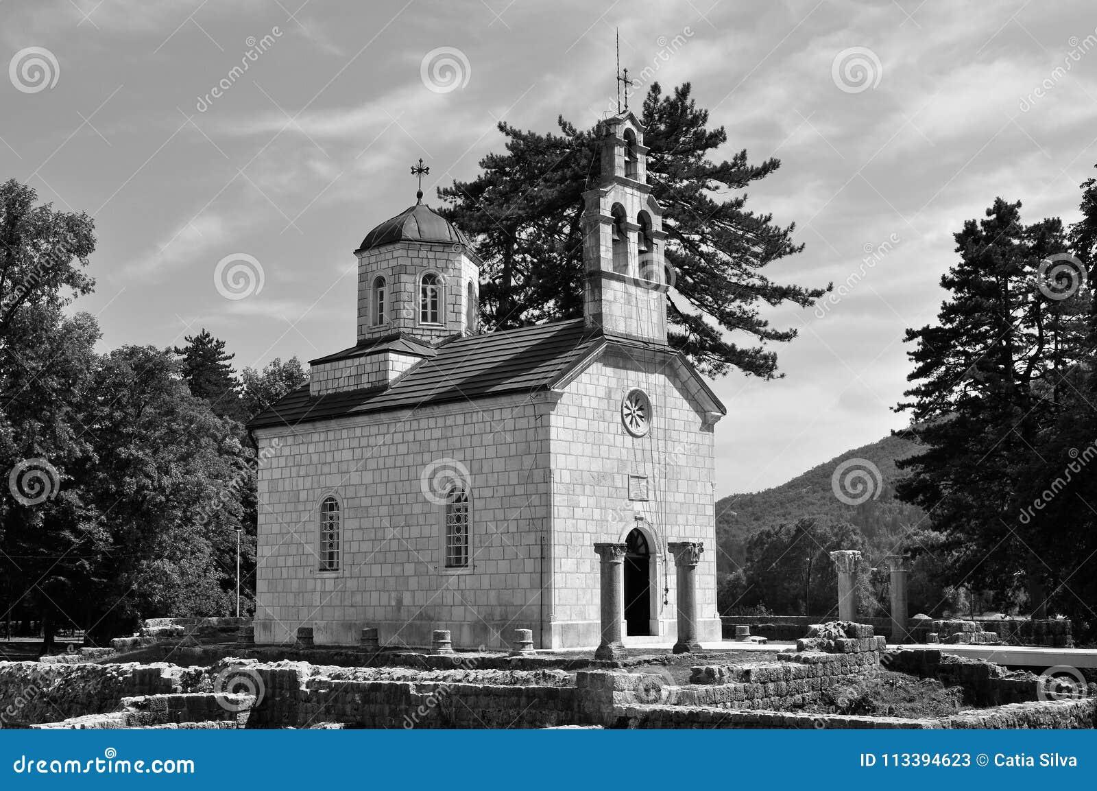 Corteje a igreja - em Cetinje - Montenegro preto e branco