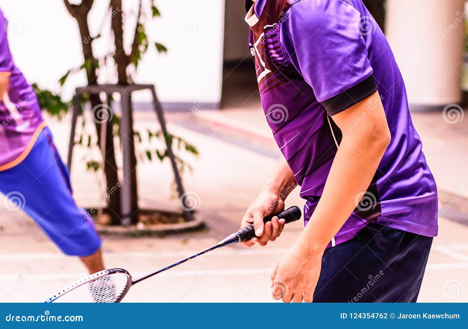 Cortes de badminton com os jogadores que competem