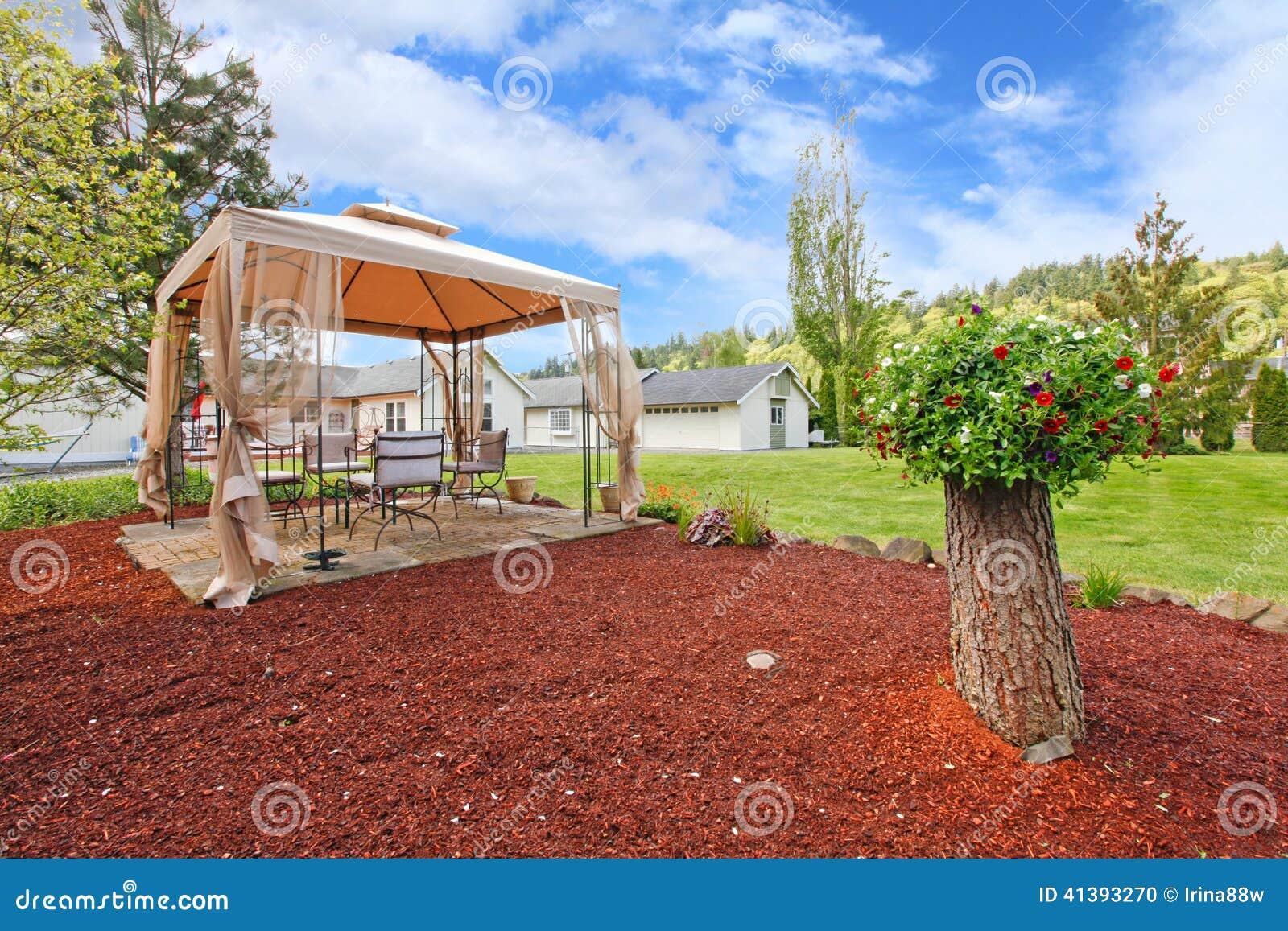 Cortile con il gazebo e l albero decorativo