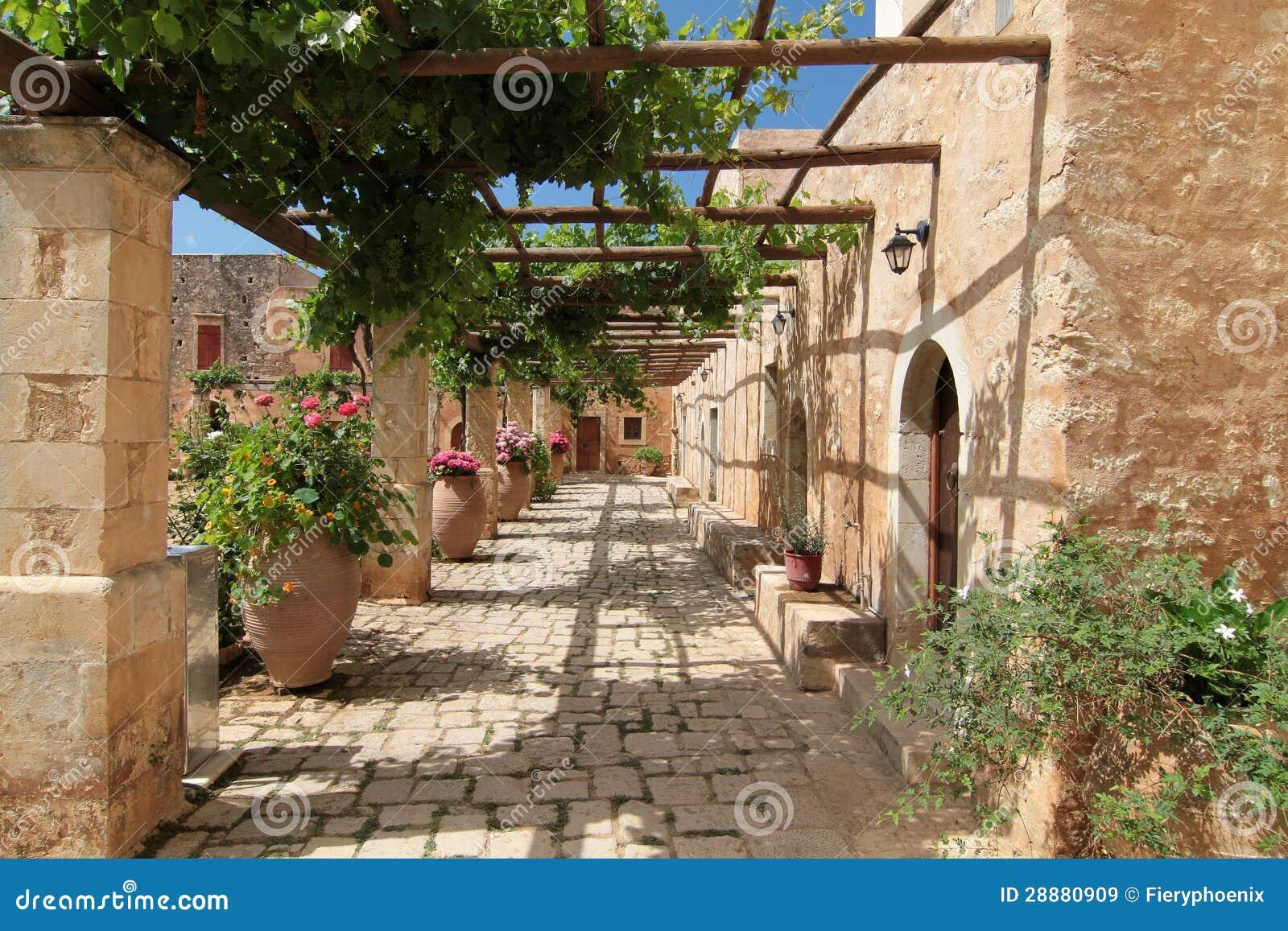 Cortile del giardino con i fiori in vasi ceramici immagine for Disegni del mazzo del cortile