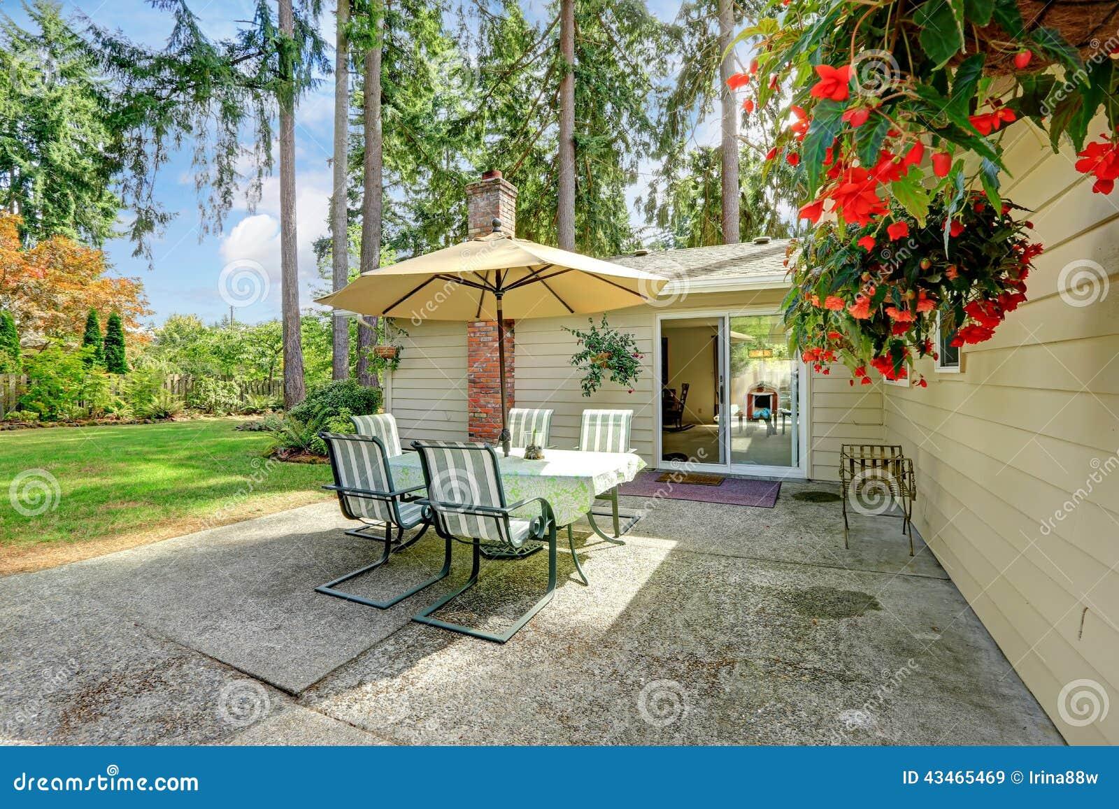 cortile della casa della campagna con la tavola di patio