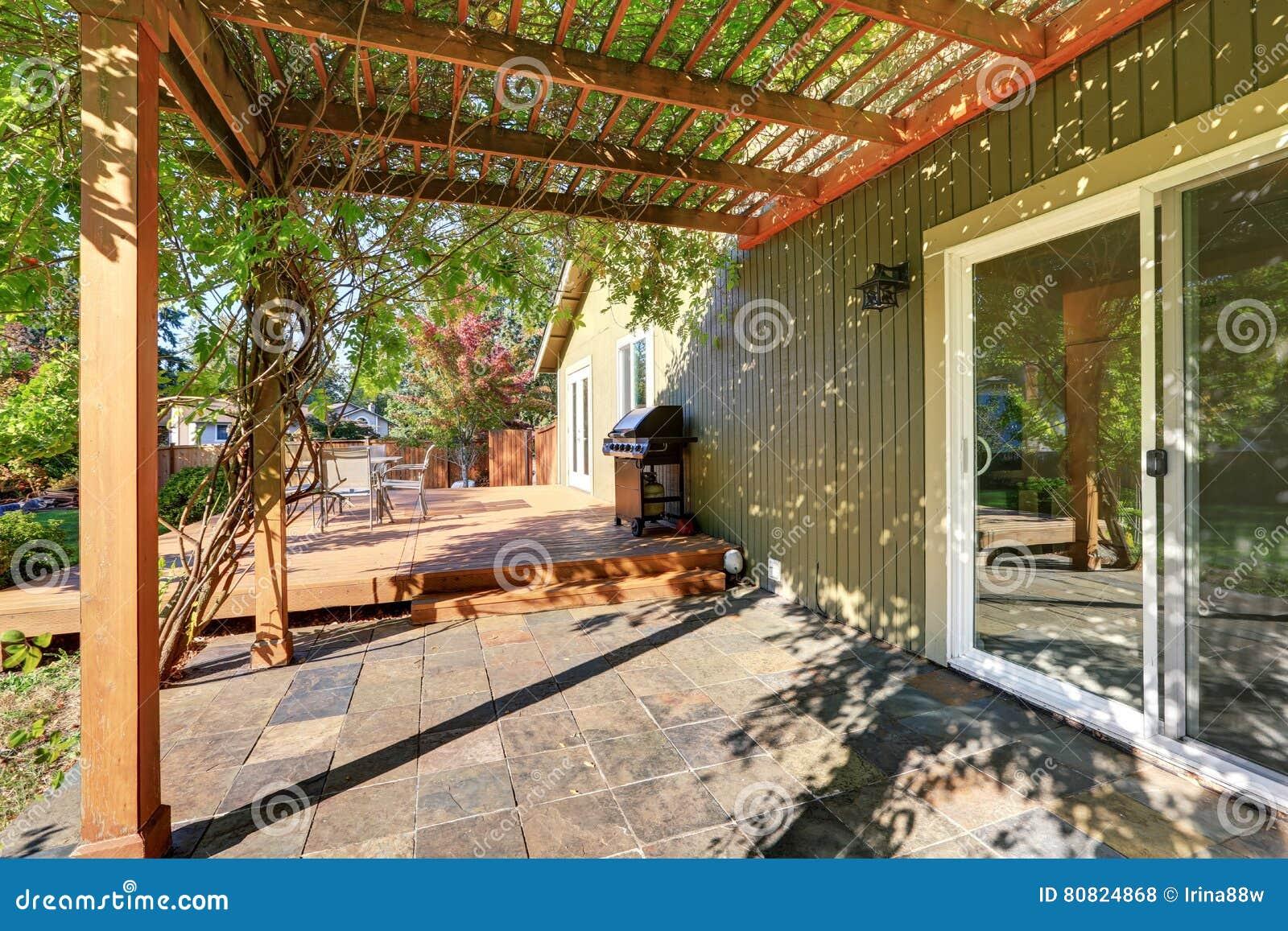 Cortile posteriore con la pergola la pavimentazione in - Pavimentazione cortile esterno ...
