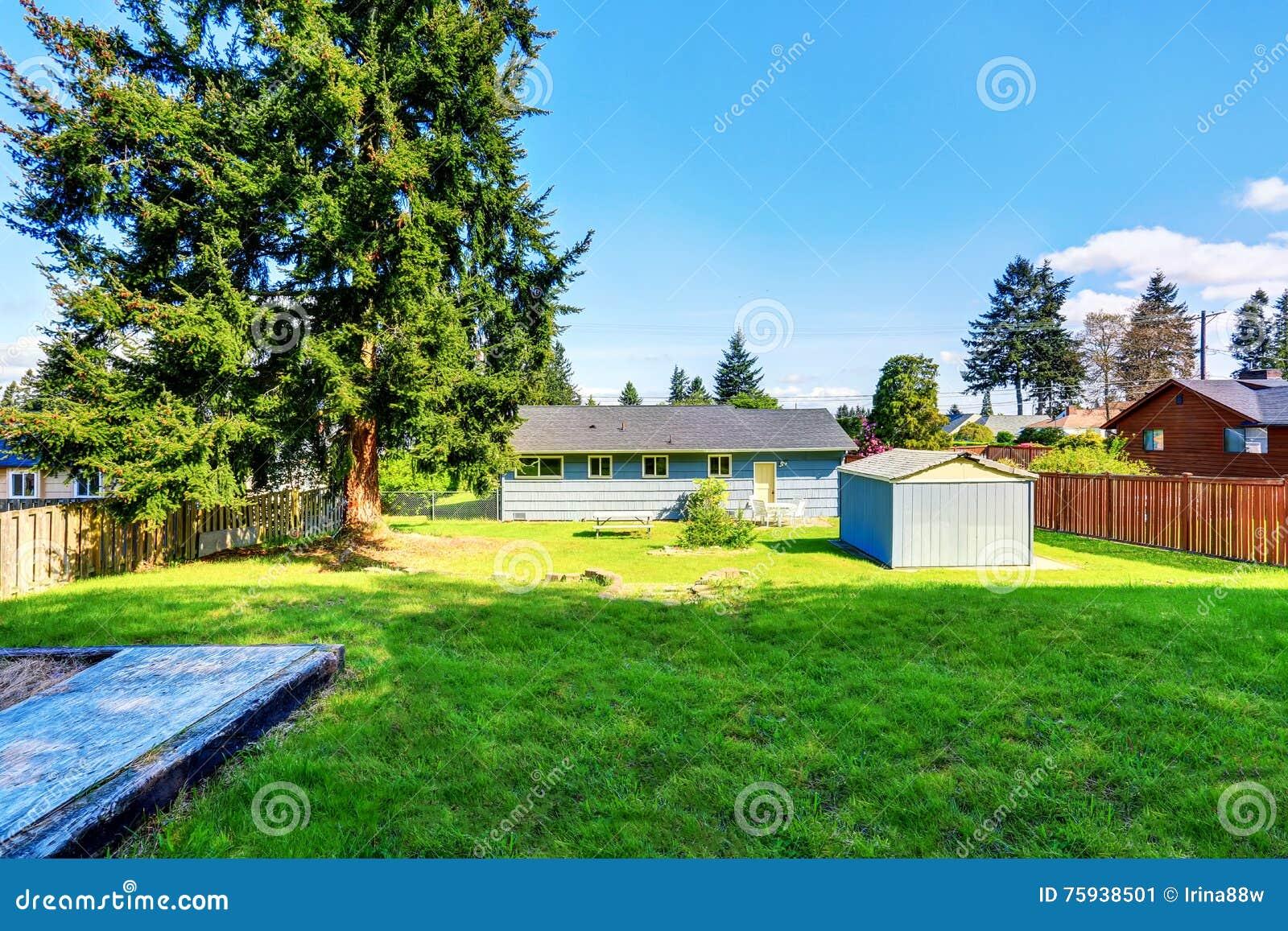Cortile posteriore spazioso della casa blu con la piccola for Piccola doccia della casa
