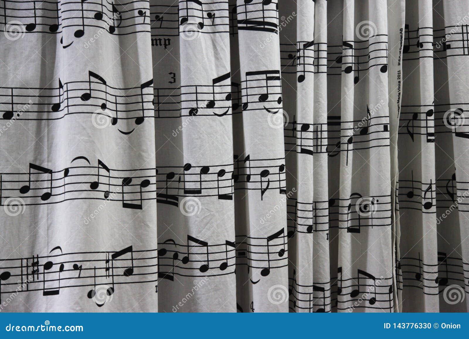 Cortina de ducha con una hoja de la partitura musical impresa en ella
