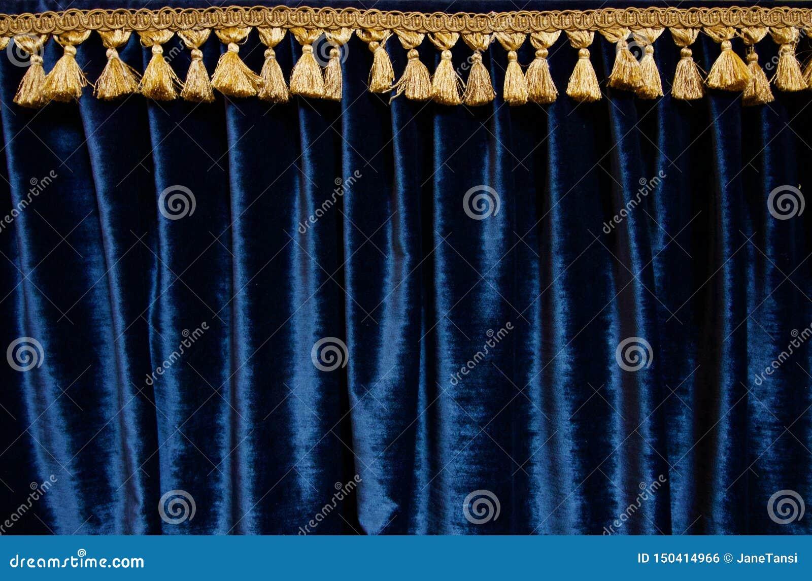 Cortina del terciopelo de los azules marinos con del oro del brocado de la franja imagen en la parte superior -