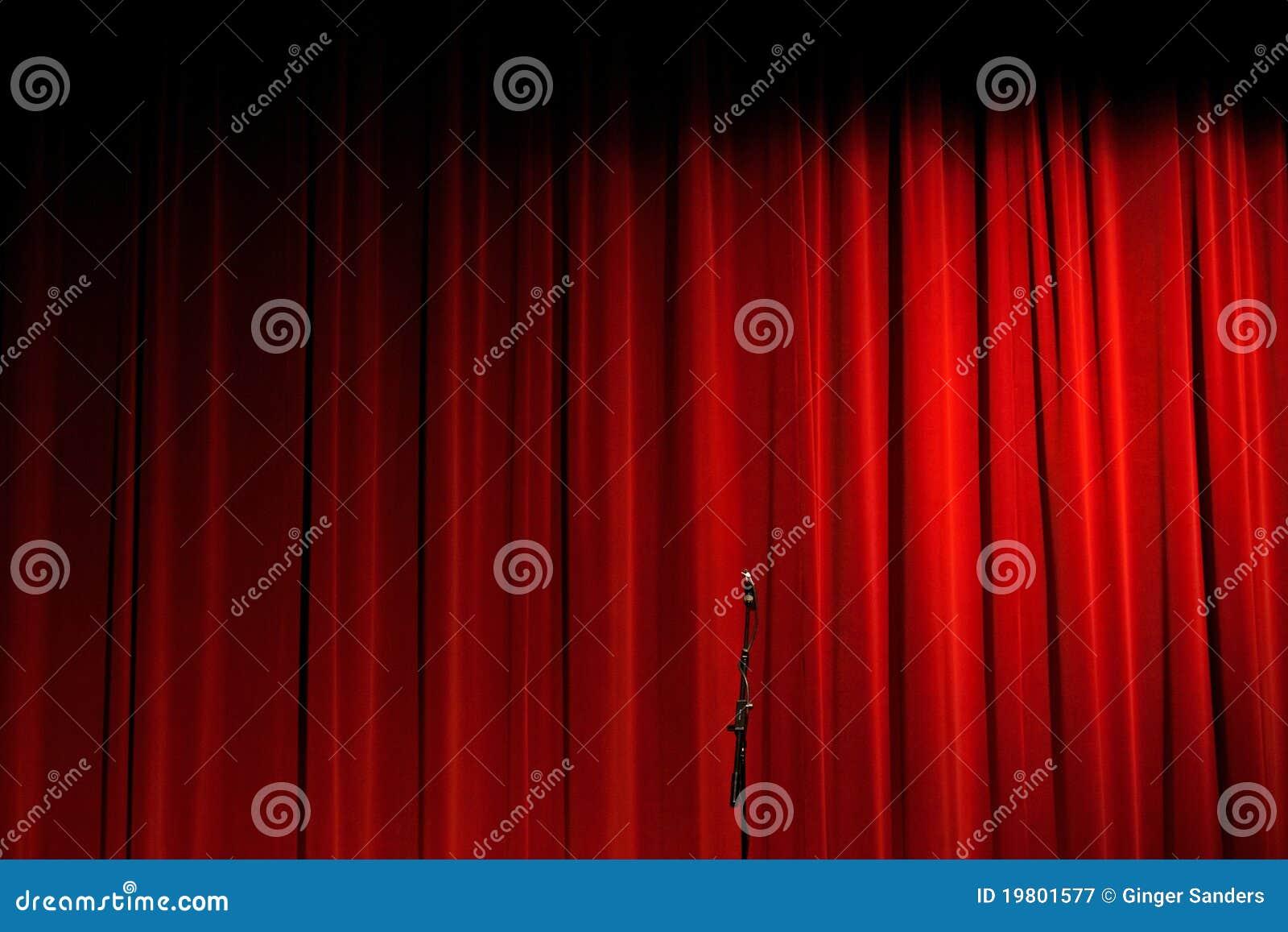 Cortina vermelha no estágio com microfone