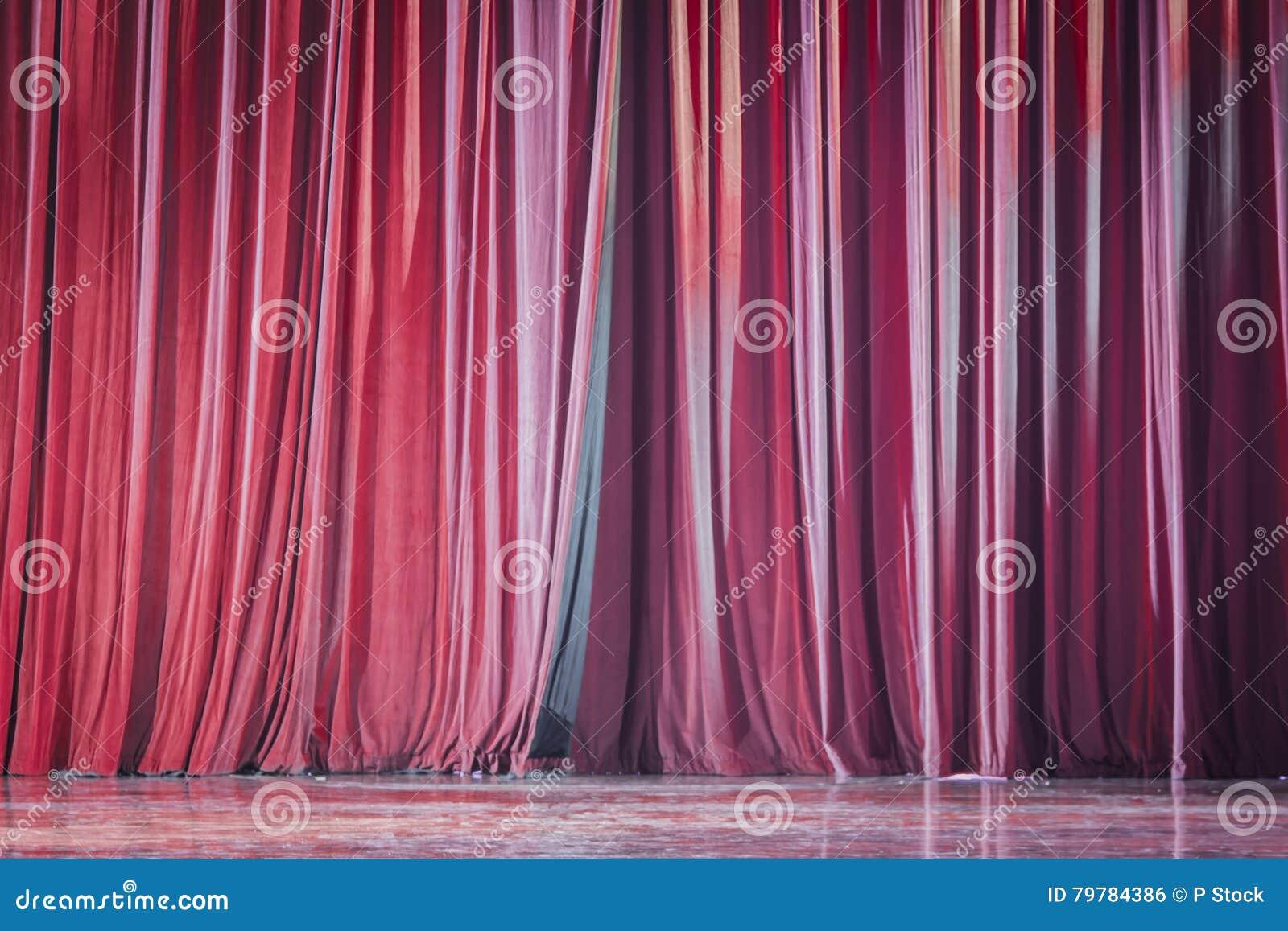 cortinas rojas del terciopelo foto de archivo
