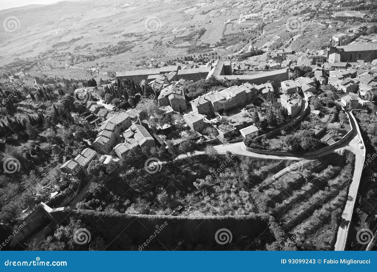 Cortona в зеленом цвете Тосканы в провинции Ареццо