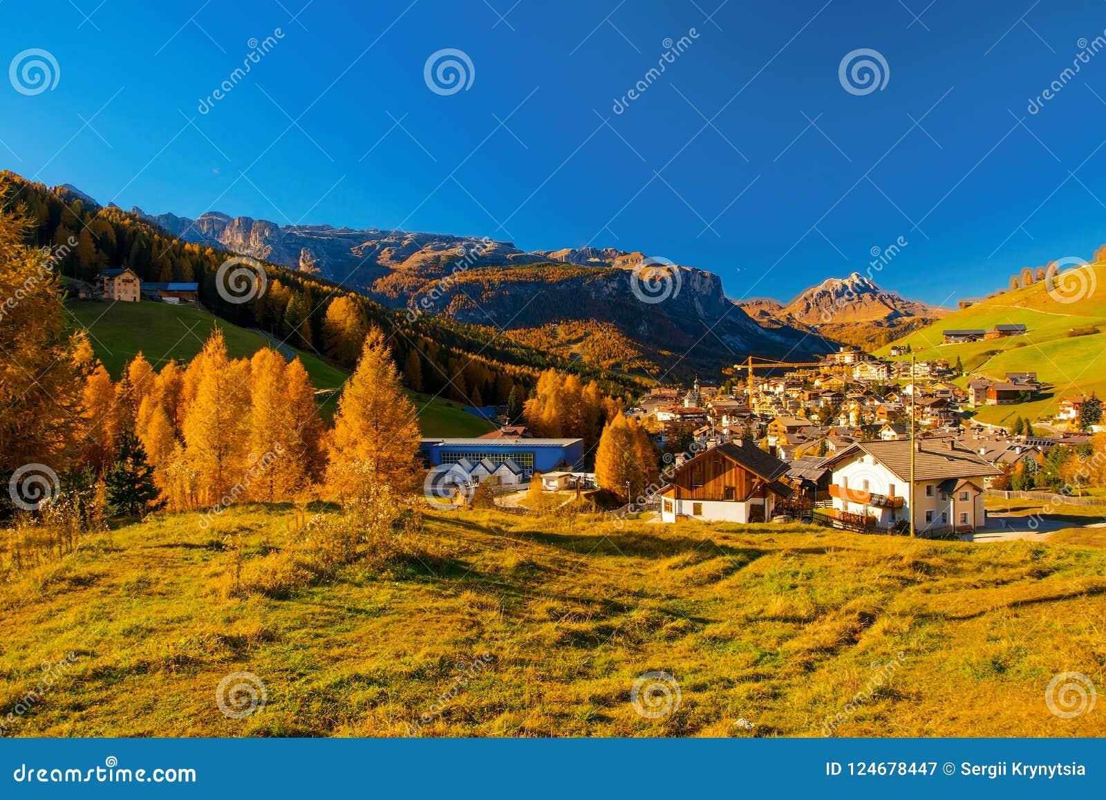 Corvara全景在Dolimites,意大利