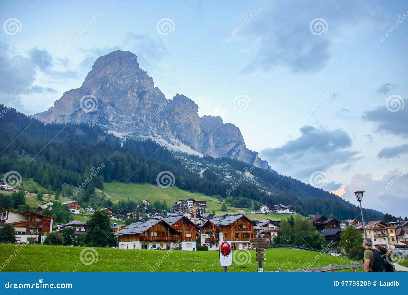 Corvara-Dorf und Dolomitlandschaft
