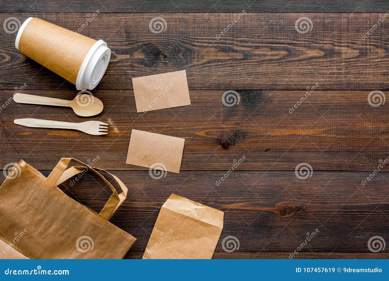 Cosas disponibles Bolsa de papel, vajilla en espacio de madera de la copia de la opinión superior del fondo