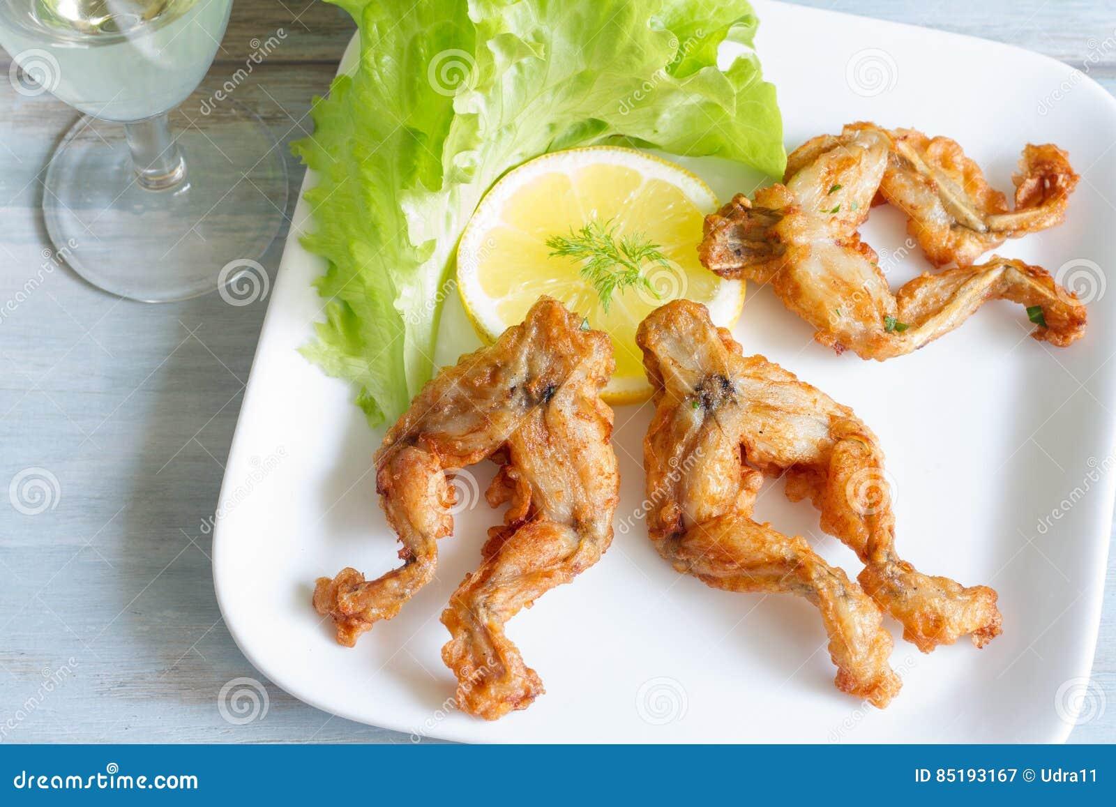 Cosce di rana fritte sul concetto dell alimento del piatto