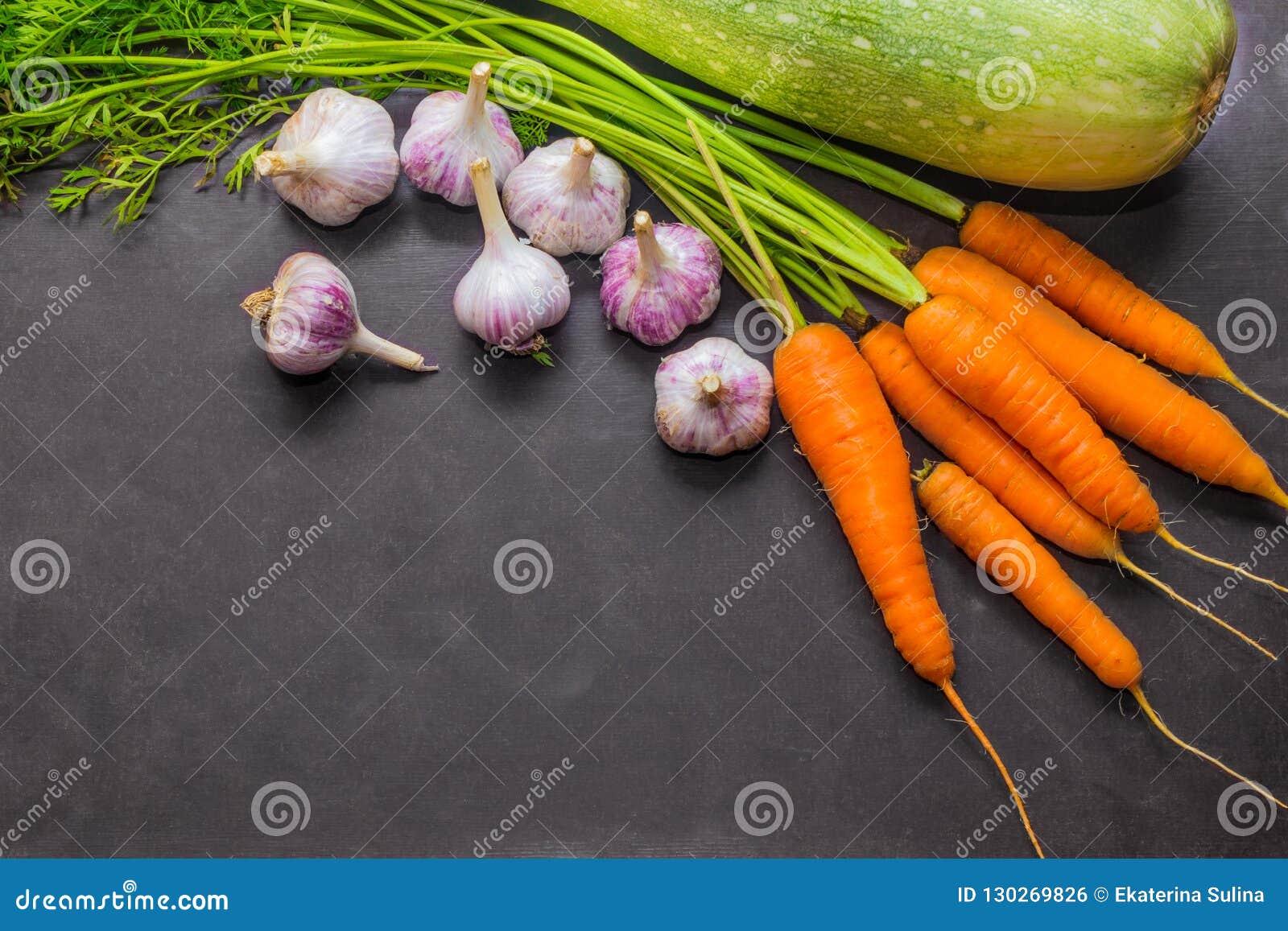 Cosecha del otoño Calabacín, zanahorias y ajo Alimento biológico