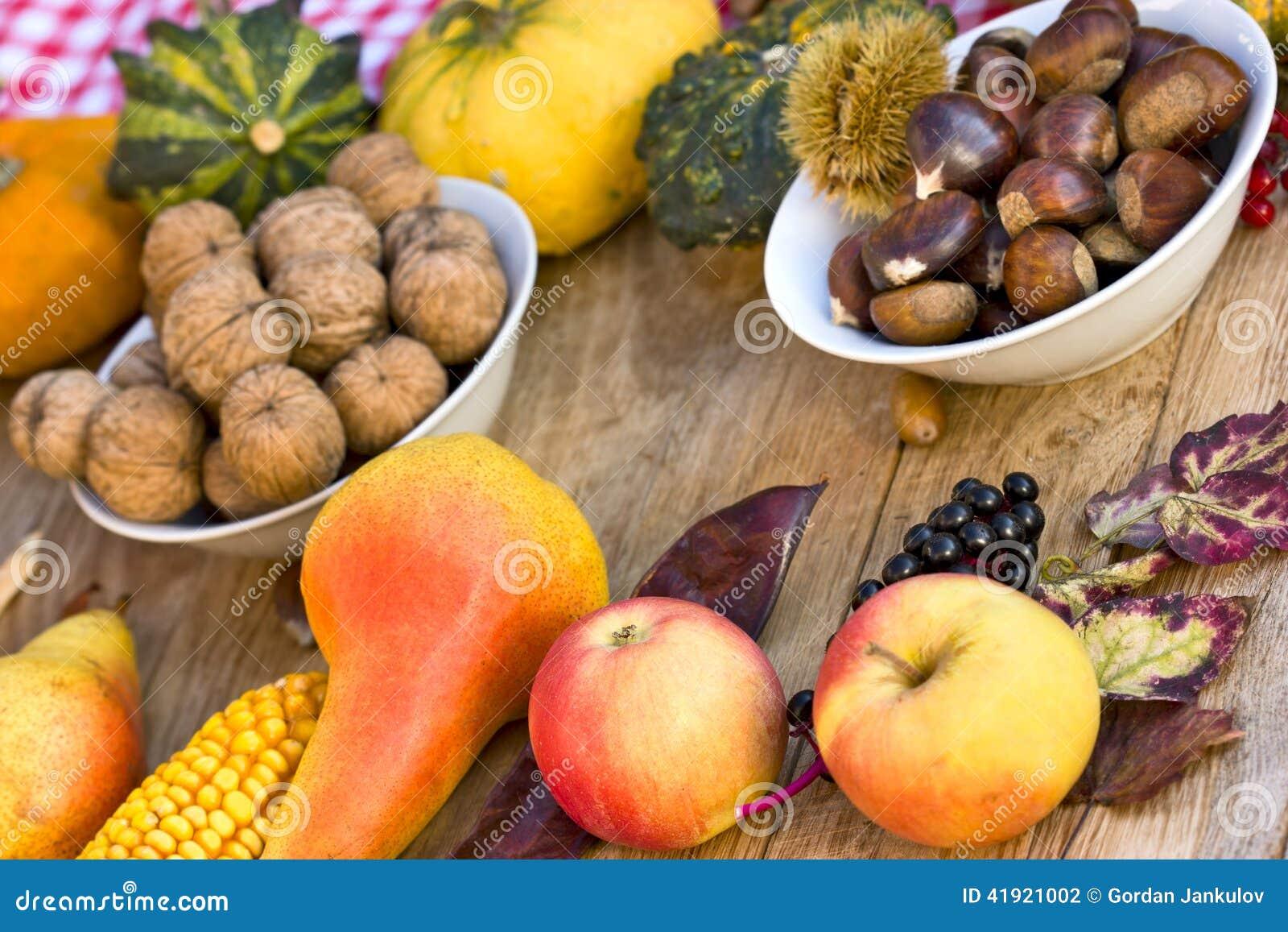 Cosecha del otoño en la tabla - frutas del otoño