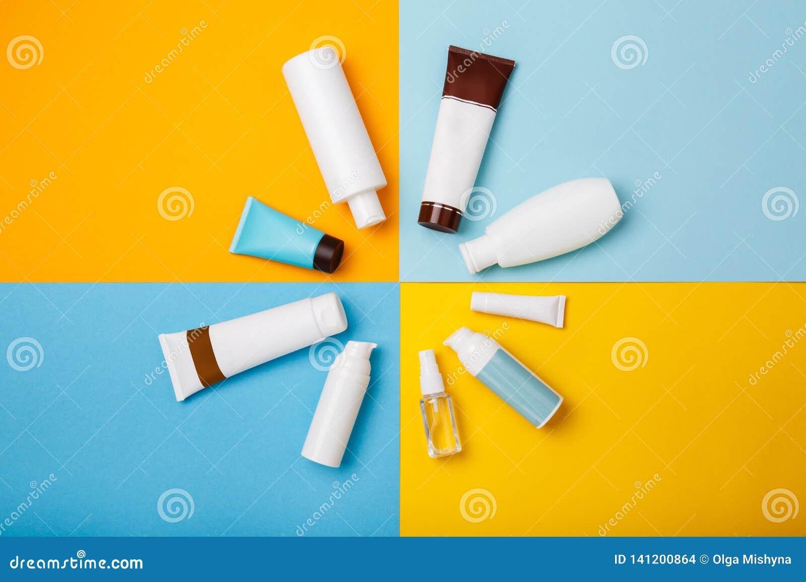 Cosméticos del cuidado de piel del verano en fondo amarillo y azul