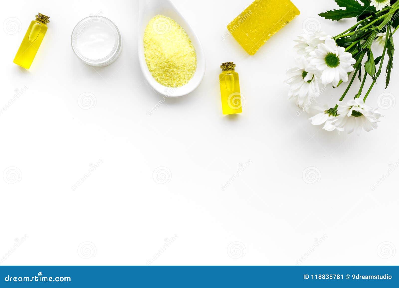 Cosméticos dos termas da camomila com os ingredientes ervais naturais O sal, o sabão, o óleo e o creme dos termas da camomila no