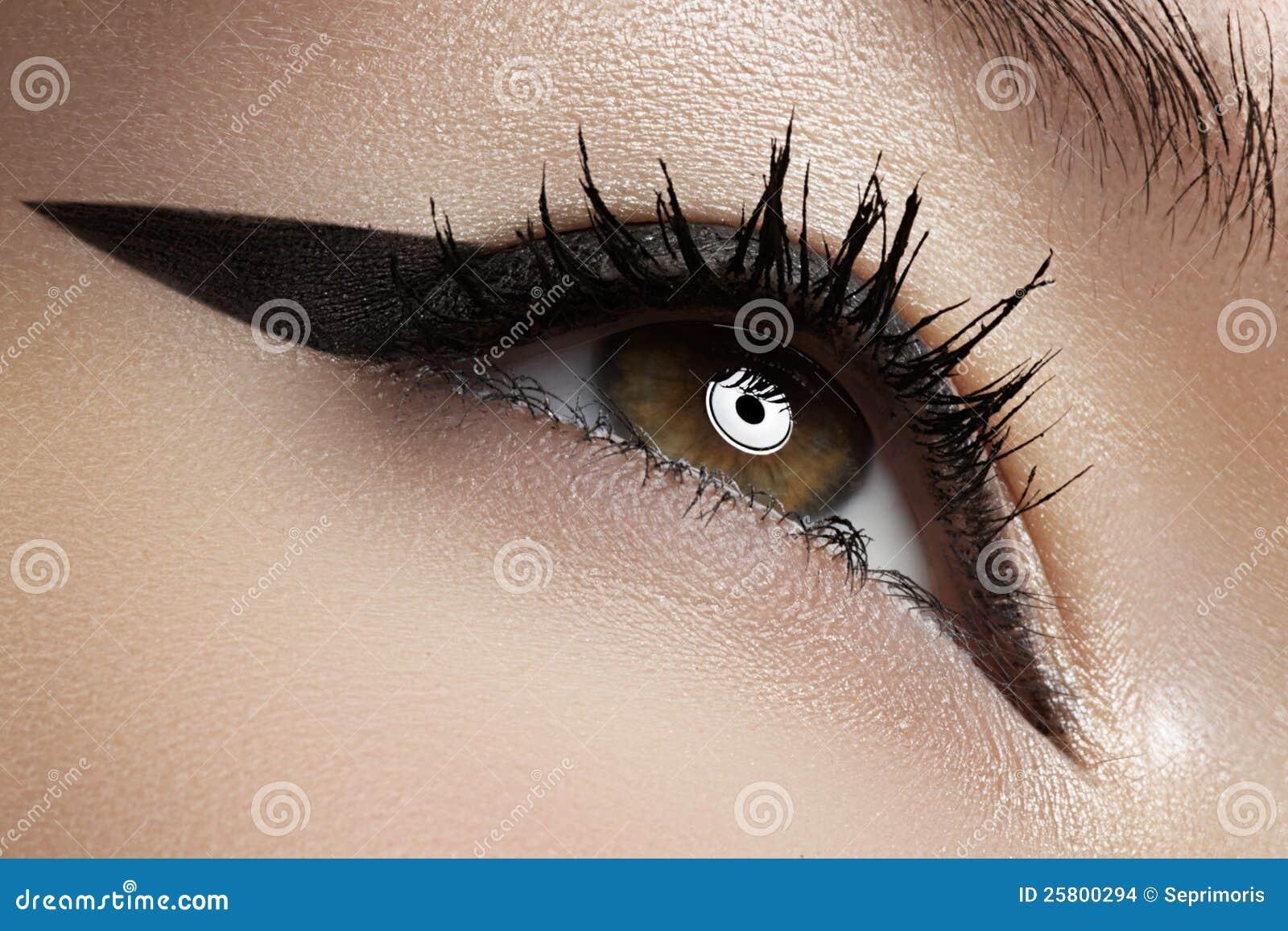 Cosméticos. Macro del ojo de la belleza con maquillaje del trazador de líneas