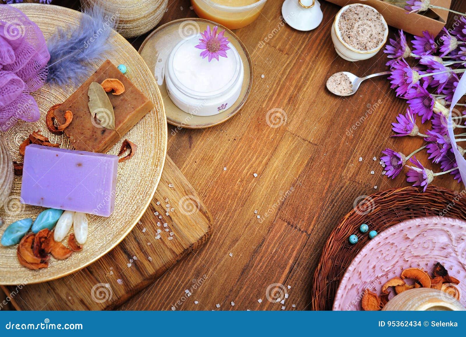 Cosméticos orgánicos hechos a mano de la endecha plana: crema, jabón del artesano, sal de baño