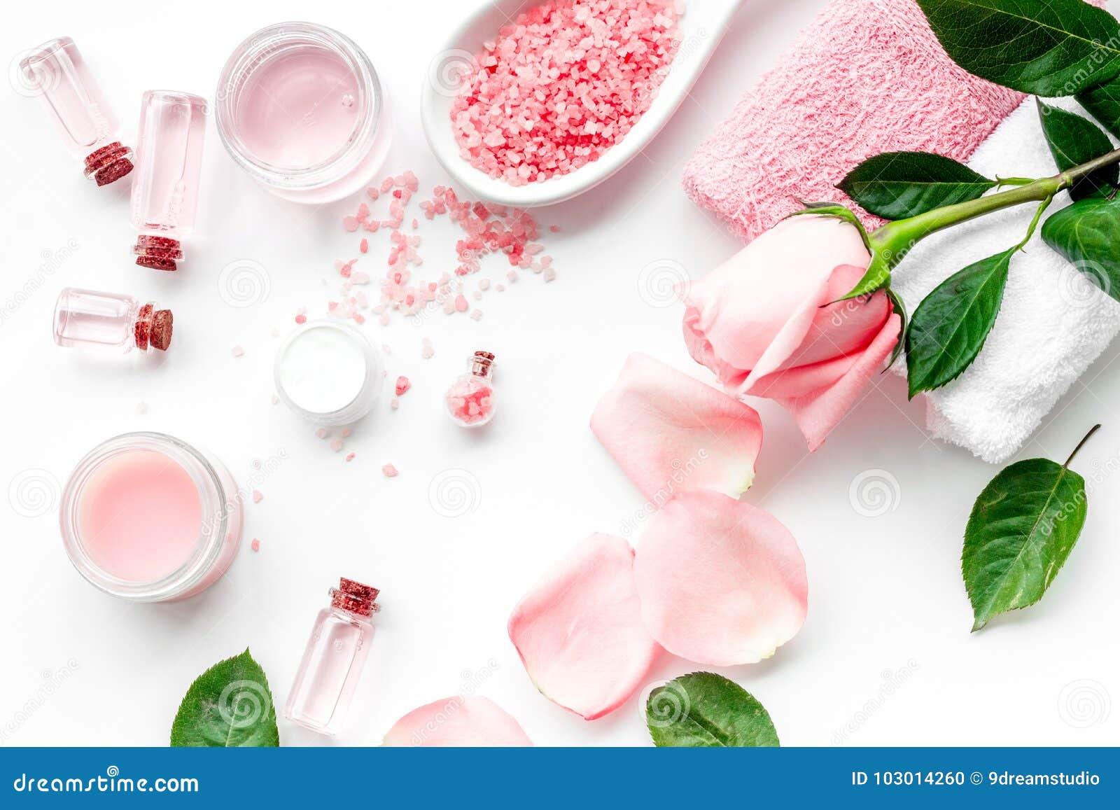 Cosméticos orgánicos naturales con aceite color de rosa Crema, loción, sal del balneario en la opinión superior del fondo blanco