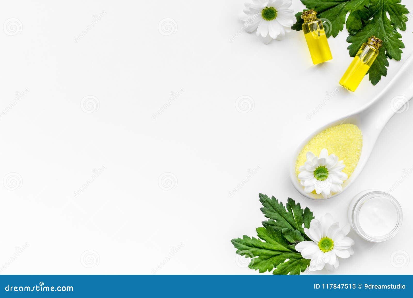 Cosméticos orgánicos naturales del balneario para el cuidado de piel con la manzanilla Sal del balneario, aceite, crema en el esp
