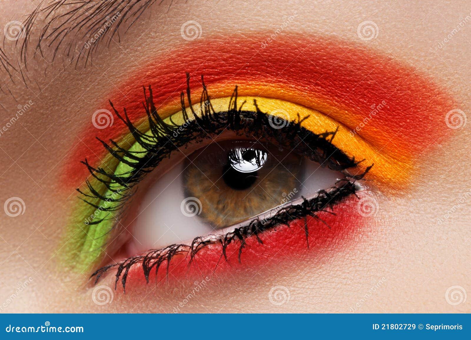 Cosméticos, sombreadores de ojos. Maquillaje macro del ojo de la manera