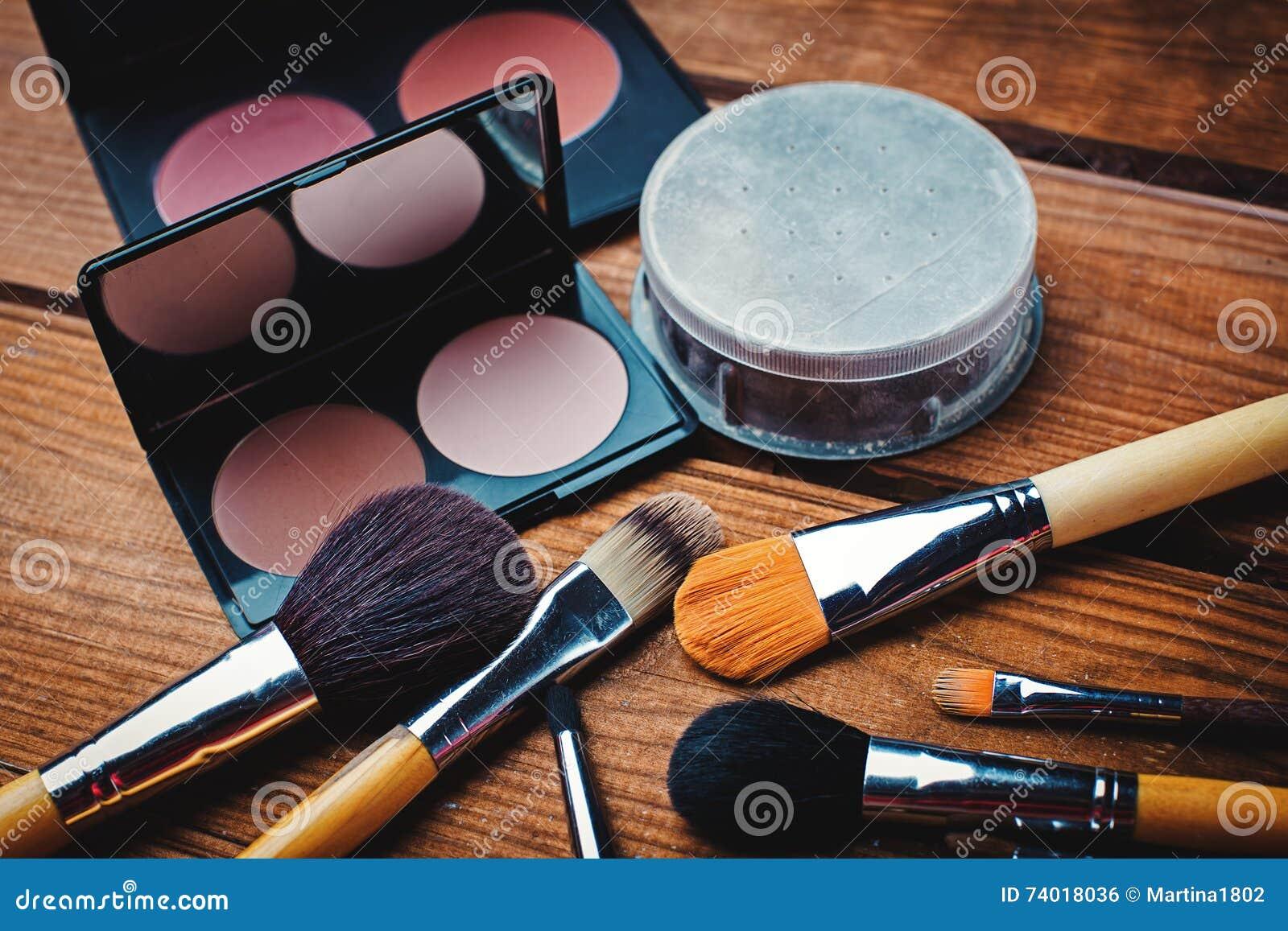 Cosmétiques réglés pour le maquillage sur le bureau photo stock