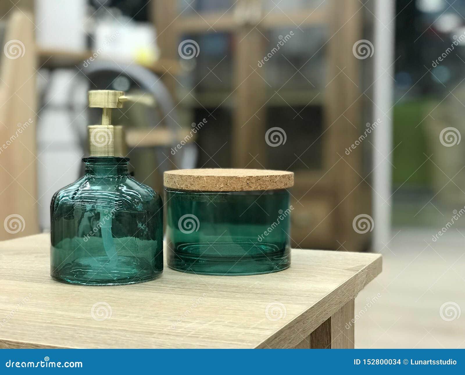Cosm?ticos herbarios del cuidado de piel y concepto de la belleza Disposici?n, plantilla o bandera creativa m?nima Maqueta de mar
