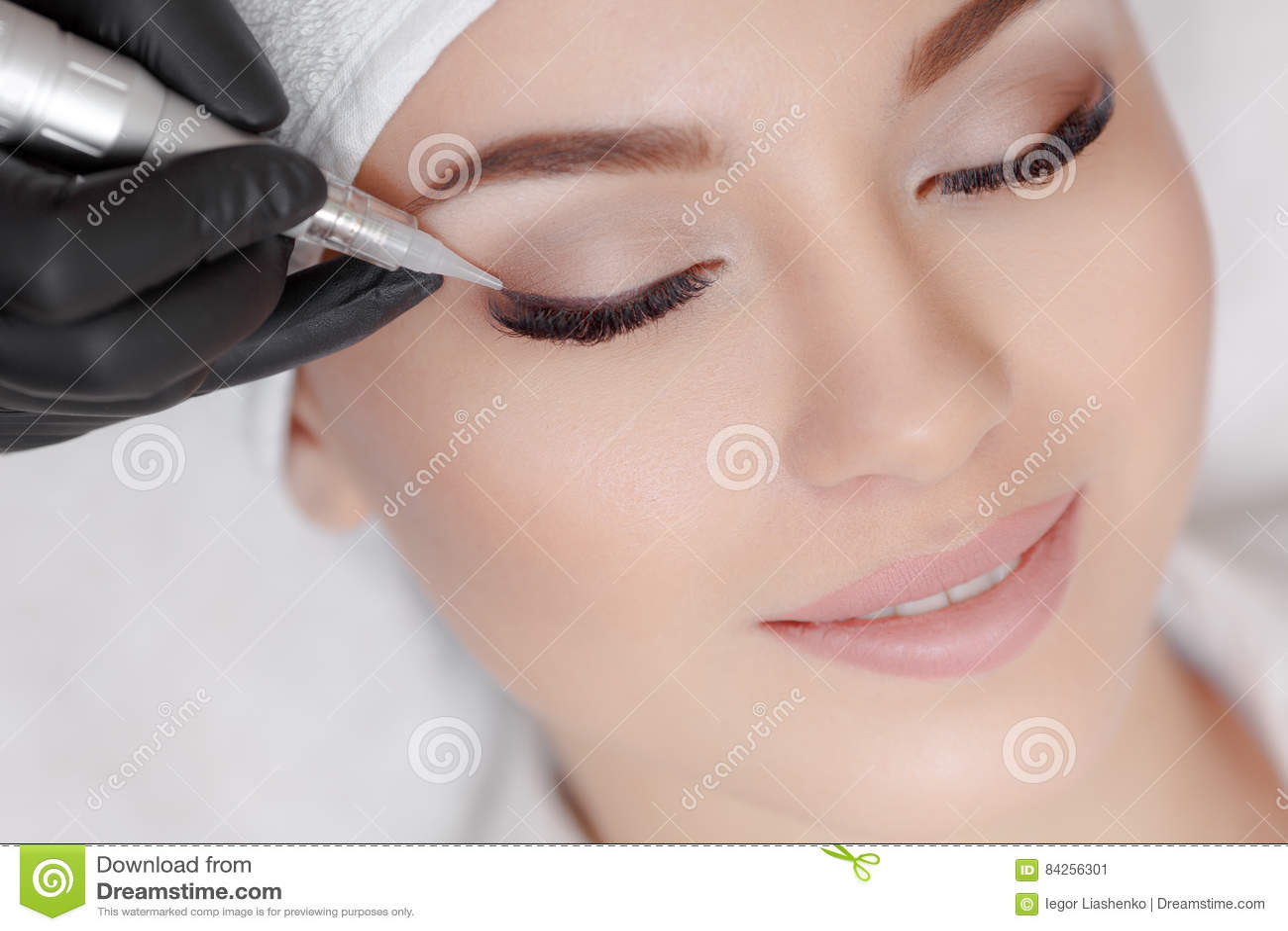Cosmetologist που κάνει μόνιμο να αποτελέσει στο σαλόνι ομορφιάς