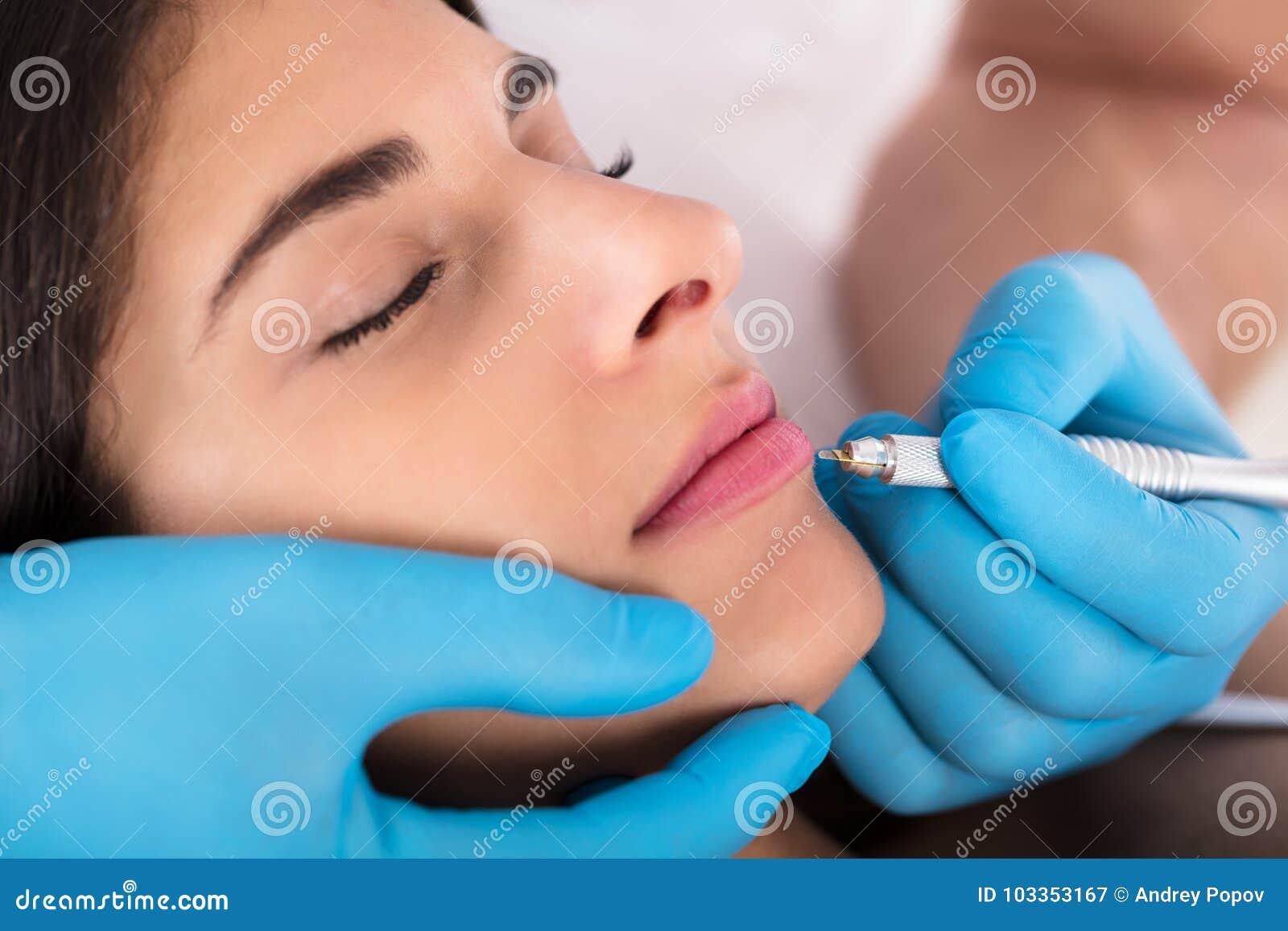 Cosmetologist Applying Permanent Make omhoog op Lippen