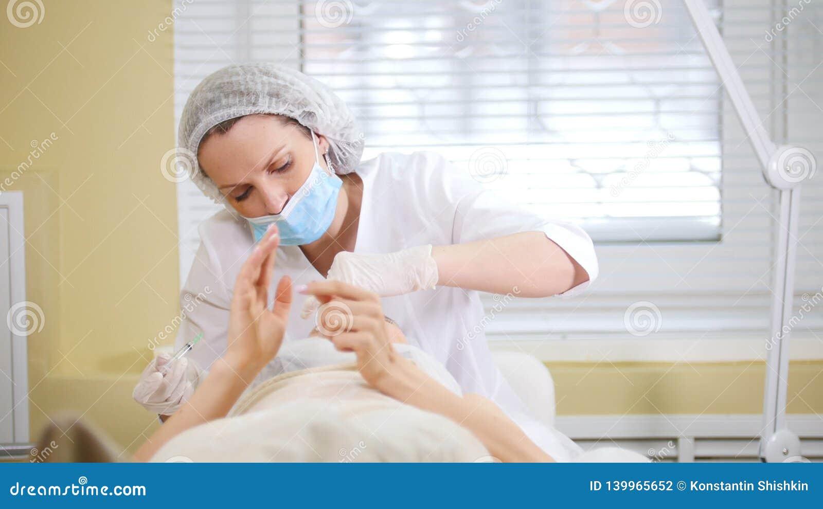 Cosmetologist, der kosmetisches Verfahren von mesotherapy des Gesichtes macht Einspritzungen in der Cosmetologyklinik tut stock video