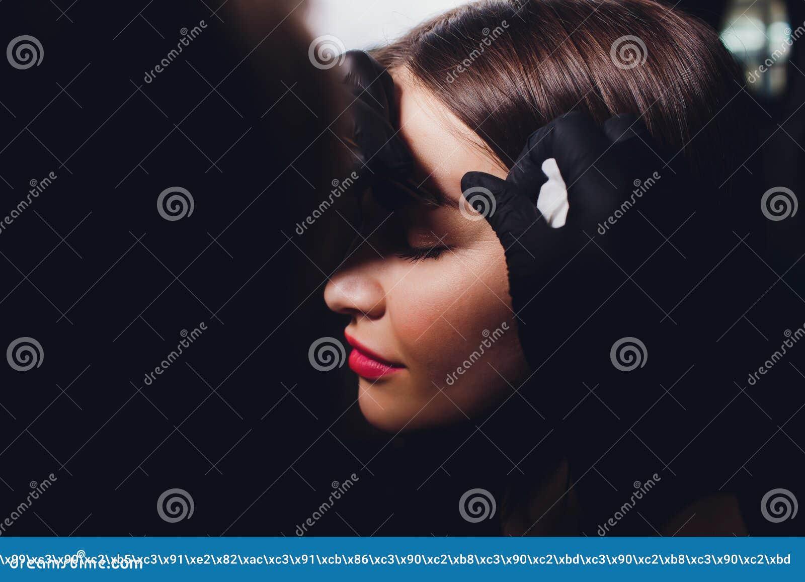 Cosmetologist die wenkbrauwenontwerp maken Aantrekkelijke vrouw die gezichtszorg krijgen bij schoonheidssalon Perfecte Architectu