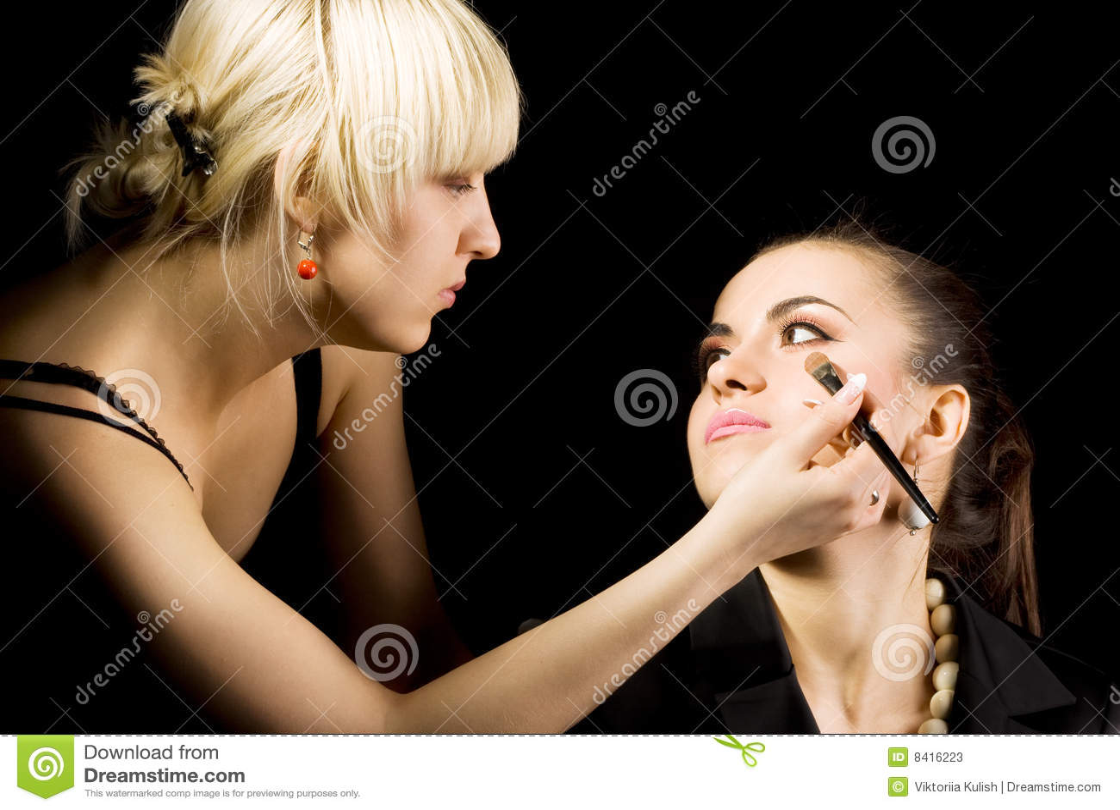 Cosmetologist faisant le renivellement