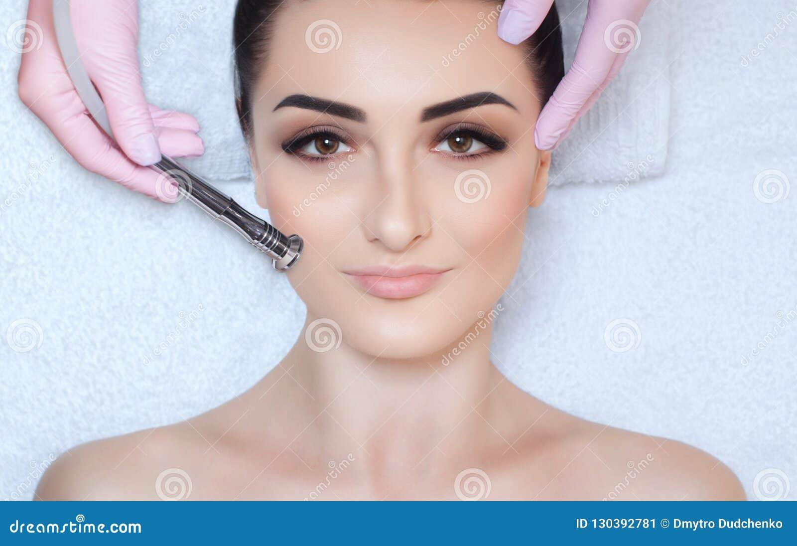 Cosmetologist robi procedurze Microdermabrasion twarzowa skóra piękny, młoda kobieta w piękno salonie