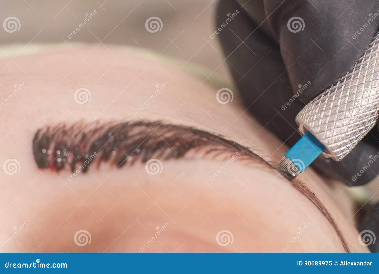 Cosmetologist stosuje stałego element uzupełniał na brwiach