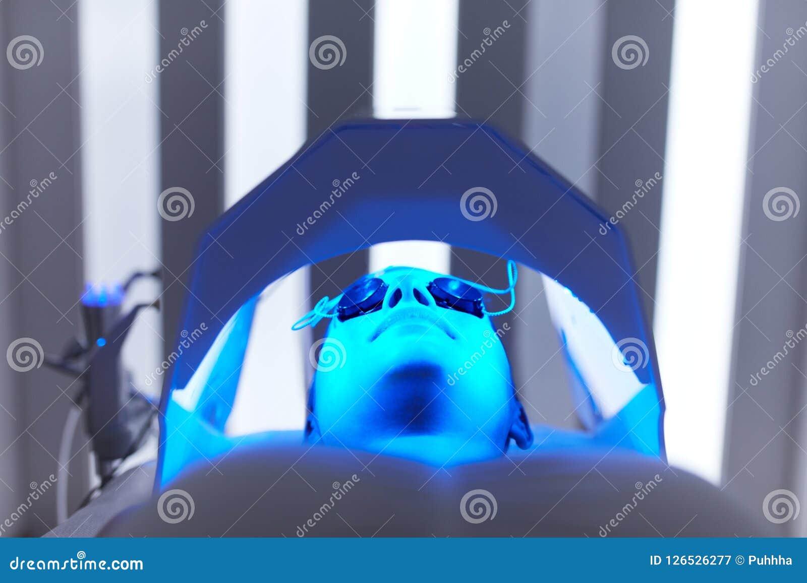 Cosmetology Kvinnaframsida på rött ljusbehandling på skönhetkliniken