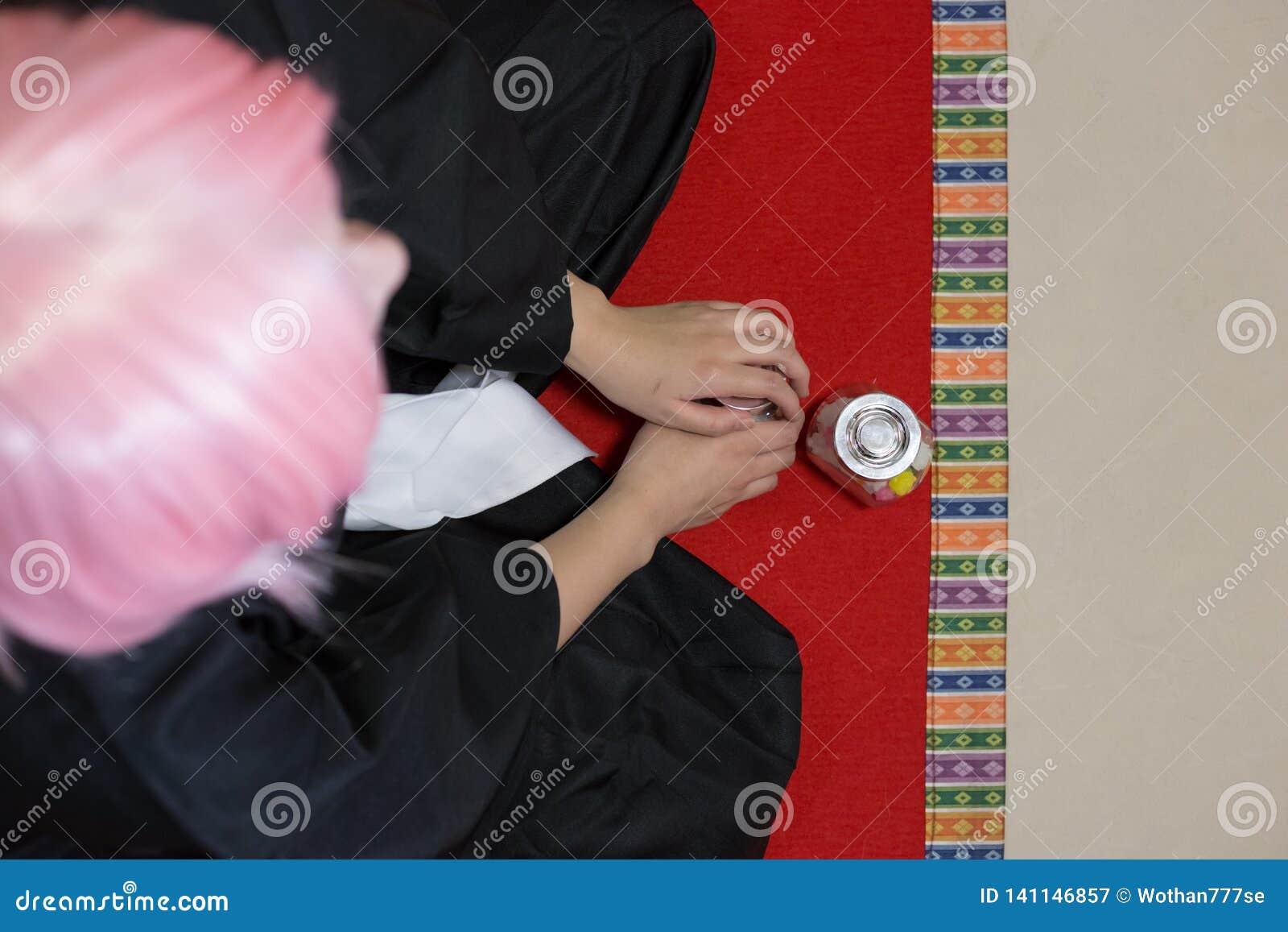 Cosplay mit dem rosa Haar