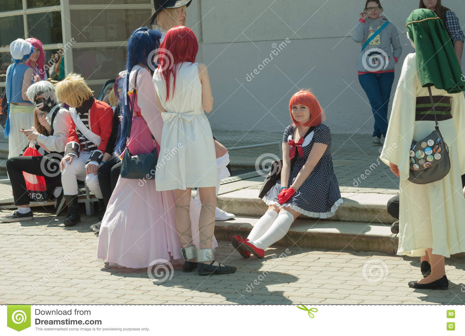 Cosplayer klädde som teckenet Nanami Haruka mellan andra cosplayers