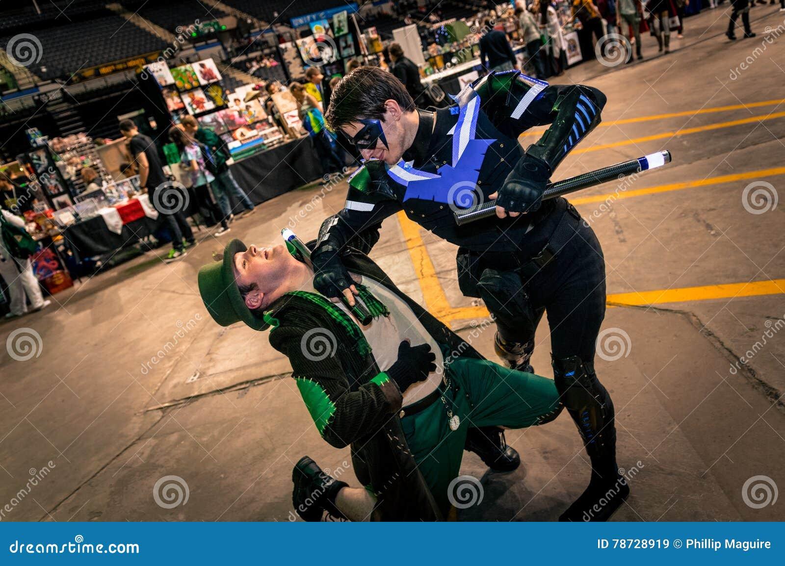 Cosplayers klädde som  Nightwing  och  tokig hattmakare  från  Batman ,