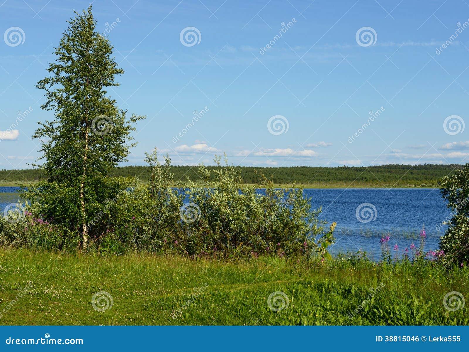 Costa azul do lago